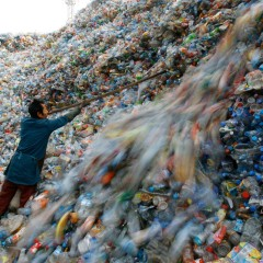 (English) A million bottles a minute: world's plastic binge 'as dangerous as climate change'